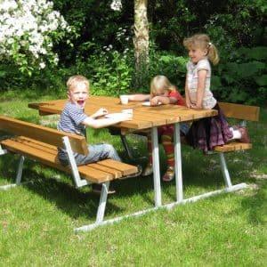Bordbænk, børn sidder på bænken