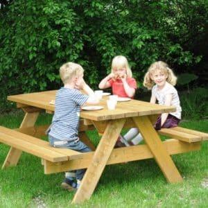 Bordbænk, børn sidder og spiser