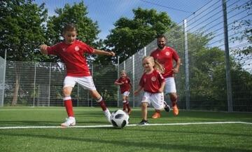 legepladsfirma, børn spiller fodbold i en multibane