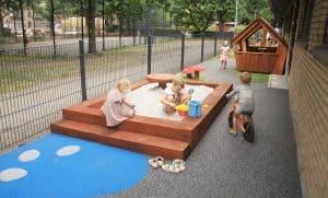 Legeplads til institutioner, børn leger i en sandkasse
